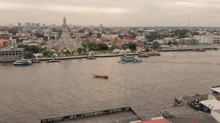 Bangkok, Thailand - August 1, 2019:  4k Chao Phraya River cityscape and Wat Arun Ratchavararam, flowing through the heart of Bangkok, offers convenient boat transportation and sightseeing cruises Стоковые видеозаписи