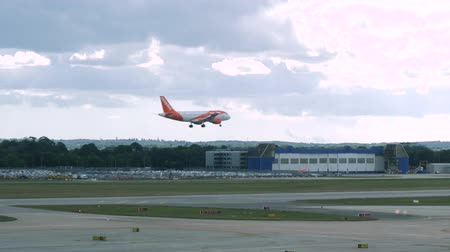 aeroespaço : London, United Kingdom - September 1, 2019: 4k Slow Motion Shot of EasyJet Commercial Passenger aeroplane coming in to land at London Gatwick Airport Code LGW. Shot on a summer day with sunny climate feel. Fixed shot No Panning