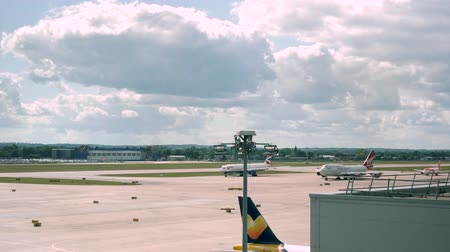 aeroespaço : London, United Kingdom - September 1, 2019: 4k Time lapse of London Gatwick Airport LGW Runway showing many planes taxiing queuing for take off and landing. Shows traffic at busy working airport