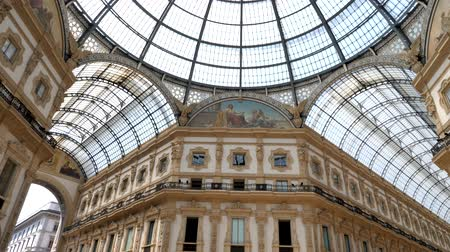 milaan : Milan, Italy - June 30, 2019: 4k Galleria Vittorio Emanuele II interior showing its ornate and luxury decor of this top shopping tourist attraction in Milano. Situated off the Piazza Del duomo.