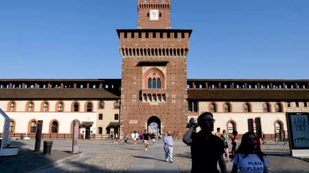 milaan : Milan, Italy - June 30, 2019: 4k Slow motion of tourists exploring the inner grounds of Sforzesco Castle Milano. A top Attraction for people visiting Milan. Huge Medieval-Renaissance fortress