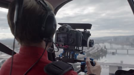 fejhallgató : Videographer on an aerial shoot