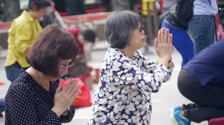 sagrado : Locals and tourists praying at Wong Tai Xin temple, Hong Kong