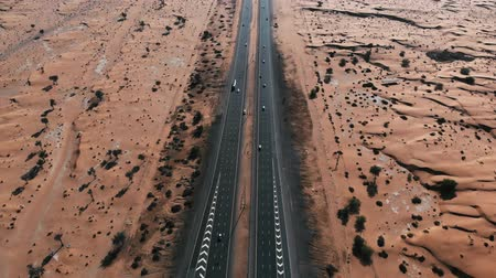 příjezdová cesta : Highway road through the desert aerial footage view