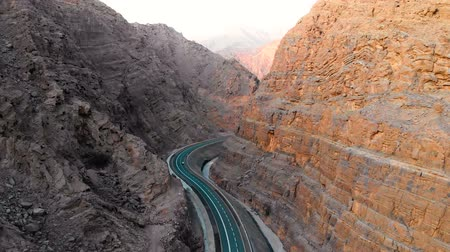 montanhas rochosas : Desert mountain winding road on Jebel Jais mountain in the United Arab Emirates