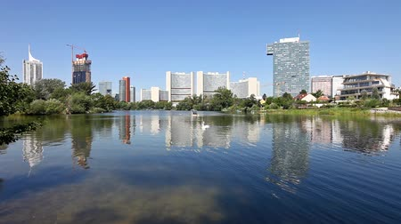 panorâmico : Skyline Uno City Vienna in summer at the Kaiserwasser