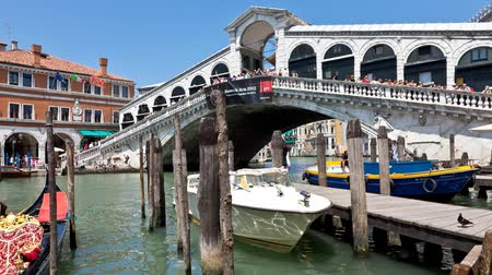mosty : Venice - Grand canal at the famous Rialto Bridge on a sunny day