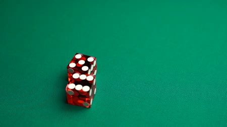 perdedor : The shooter rolls eleven in craps. Slow motion two red dice, craps, thrown on green tomentum background at casino, Easy ten. Gambling game with random result for adults.
