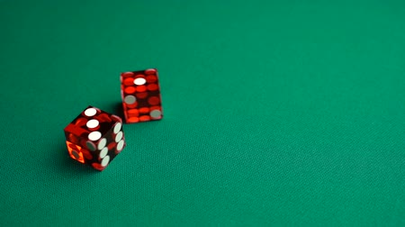 perdedor : The shooter rolls four in craps. Slow motion two red dice, craps, thrown on green tomentum background at casino, easy four. Gambling game with random result for adults. Vídeos
