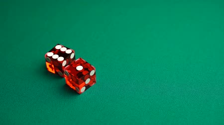 perdedor : The shooter rolls seven in craps. Slow motion two red dice, craps, thrown on green tomentum background at casino, natural or seven out. Gambling game with random result for adults.