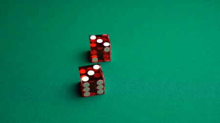perdedor : The shooter rolls six in craps. Slow motion two red dice, craps, thrown on green tomentum background at casino, hard six. Gambling game with random result for adults.