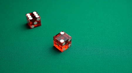 perdedor : The shooter rolls eight in craps. Slow motion two red dice, craps, thrown on green tomentum background at casino, easy eight. Gambling game with random result for adults.