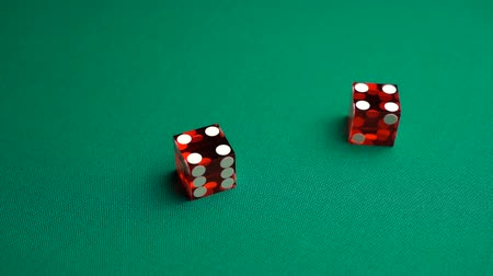 perdedor : The shooter rolls eight in craps. Slow motion two red dice, craps, thrown on green tomentum background at casino, hard eight. Gambling game with random result for adults.