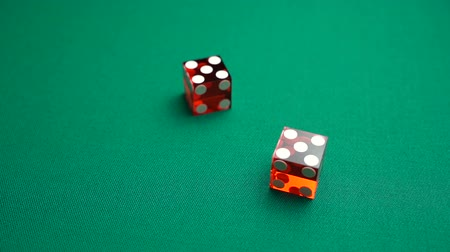 perdedor : The shooter rolls ten in craps. Slow motion two red dice, craps, thrown on green tomentum background at casino, Hard ten. Gambling game with random result for adults. Vídeos