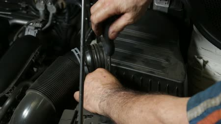 filtro : Car Repair Mechanic Screwing Automobile Air Filter.  A repairman mounting the air cooling system of the engine. Car reparation and test. Mechanic doing a car review. Stock Footage