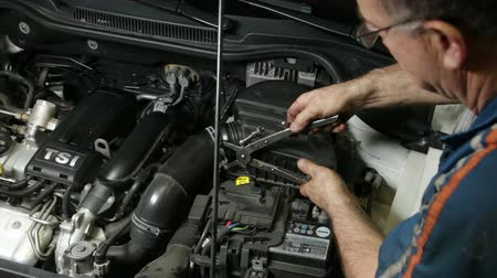 filtro : Car Repair Mechanic Assembling Automobile Air Filter.  A repairman mounting the air cooling system of the engine. Car reparation and test. Mechanic doing a car review.