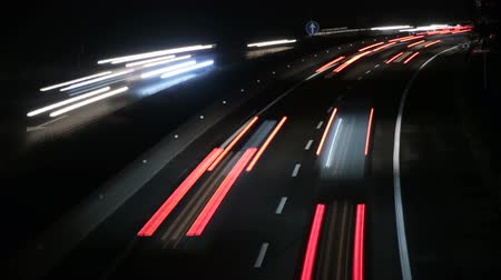auto estrada : Highway Traffic Cars at Night Time Lapse 4k.  Highway with heavy traffic at rush hour. Lots of traffic at night. Cars driving at high speed. Gorgeous, high-energy roads time lapse.  Good for a video background.