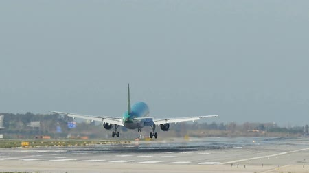 přistání : Commercial Aircraft Landing at Barcelona Airport.  Aerlingus passenger jet. Commercial airplane Landing.  Aircraft landing at Barcelona Airport. Passenger airplane landing. Flying airplane approaching airstrip.