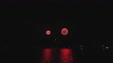 roket : Bright Fireworks on the Michigan Lake in Chicago.  Pyrotechnics in Chicago downtown reflected on the lake waters. Celebration rockets in the dark sky with reflections on the water. Bright shiny rocket explosions in the dark. Fantasy beautiful decorations