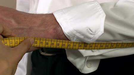 varal : Tailor Arm Sleeves Body Measuring.  Tailor measuring different parts on a mans body for a shirt production. Measures for making mens shirts. Tailoring Jobs. Textile confection. Taking the steps to make a mans shirt.