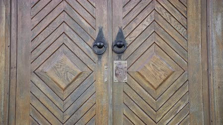 spletitý : Detail of wooden islamic mosque door. Entrance into the mosque with iron door handle Dostupné videozáznamy