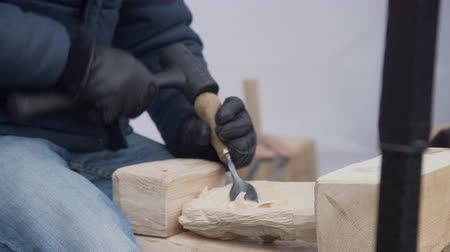 гравюра : Close up of hands of craftsman carve with a gouge in the hands on the workbench in carpentry Стоковые видеозаписи