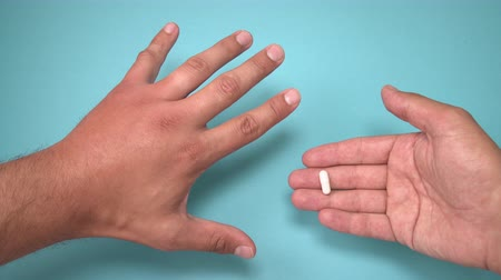 srovnávat : Male hand stung by bee and medication for swelling next to it. Hand swelling, inflammation, redness are signs of infection. Insect bite and pills on blue background
