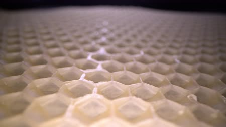 cera : Wide angle macro shot of honeycomb wax. Abstract view of honey comb hexagon shape pattern