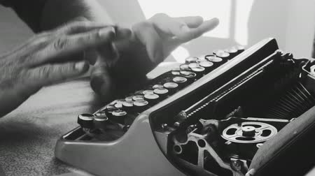 maszyna do pisania : Typing in an old typewriter