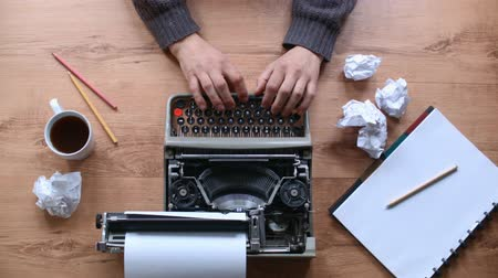 maszyna do pisania : Writing in an old typewriter