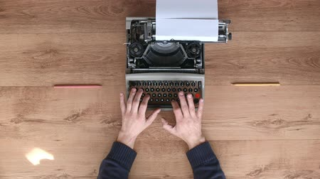 maszyna do pisania : Typing on an old typewriter