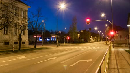 Busy city intersection or crossing with lights and cars at dusk time lapse. Vídeos