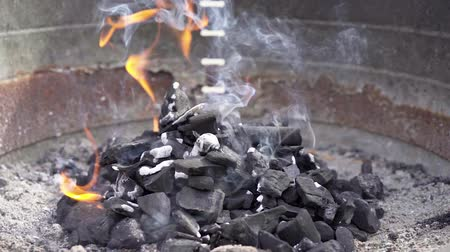 špejle : Black charcoal burning with smoke and fire in a barbecue grill in slow motion. Delicious meal preparation.