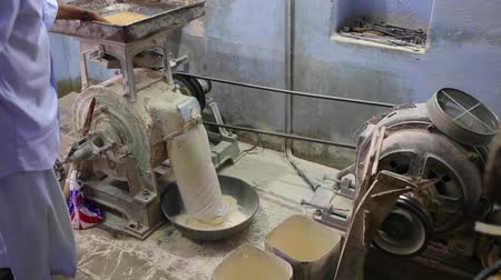kabuksuz tahıl : wheat grinding machine Stok Video