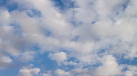 bez szwu : Time lapse video of seamless looping clouds against deep blue sky