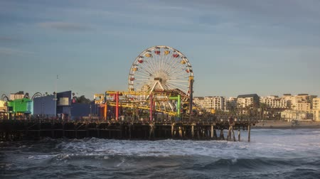 Ferris wheel and carnival rides at the Santa Monica Pier time lapse video Wideo