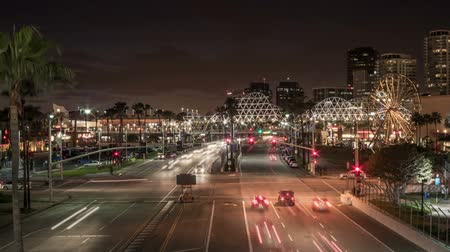 lang : Time lapse verkeer in motion blur bij Shoreline Drive in Long Beach, Californië