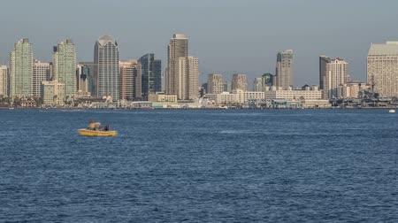 Time lapse video of San Diego Bay with passing boats and downtown cityscape Wideo