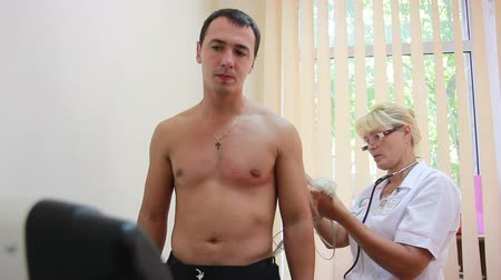próba : Doctor carries out a cardio examination of the patient using the treadmill test