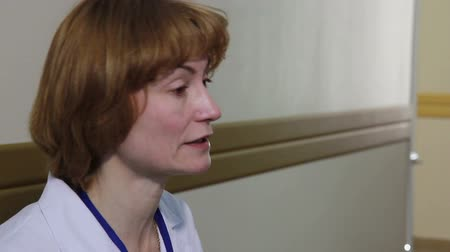 operacja plastyczna : Doctor explains to students the differences in the plastic surgery