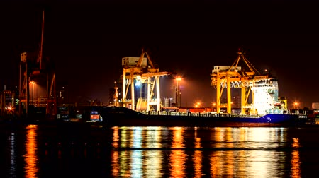tersane : Timelapse Cargo ship loading goods at shipping port, High quality, Ultra HD