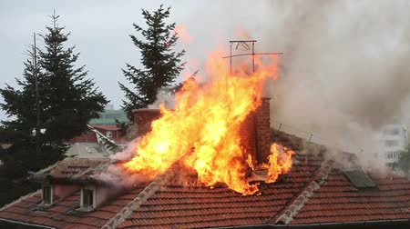çatılar : A burning house roof top