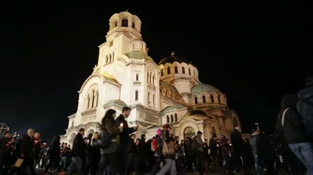 bulgaristan : Christian believers are traditionaly circling with candles Aleksander Nevsky cathedral on Easter night in Sofia, Bulgaria. Stok Video