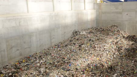 recyklace : Inside of a new modern waste plant. Pile of waste rwady to be processed in energy. Dostupné videozáznamy