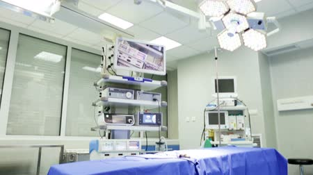 醫療保健 : New operating room in a modern hospital. Tilting.