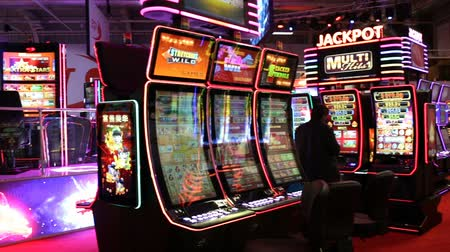 leuven : Sofia, Bulgarije - 24 november 2016: Gaming speelautomaten op een tentoonstelling voor casino gokken machines en apparatuur in Inter Expo Center in Sofia. Pannen