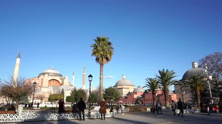 минарет : People walking at Sultanahmet Square, also known as The Hippodrome of Constantinople Old Istanbul, is a famous landmark with many touristic monuments. Sultanahmet Square, Istanbul, Turkey.