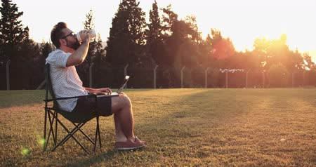 non kentsel : Freelance worker working in public park at the sunset