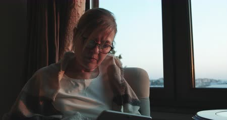 interior : Mature woman using tablet pc at home Vídeos
