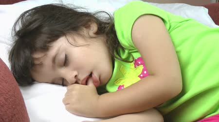 сосать : A close up of a beautiful little girl sleeping peacefully. Стоковые видеозаписи